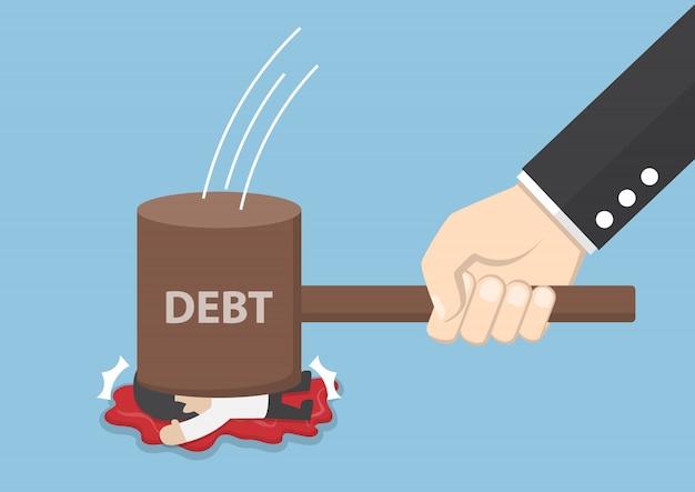 Uomo d'affari distrutto dal martello del debito