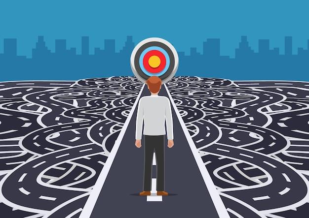 Uomo d'affari in piedi sulla strada che taglia dritto al bersaglio tra confusione e caos percorso. soluzione aziendale e concetto di leadership.