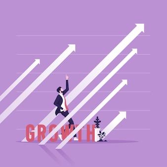 Uomo d'affari in piedi con le mani alzate e le frecce che indicano la crescita e il successo dell'economia