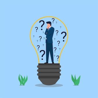 L'uomo d'affari sta nella lampadina con punti interrogativi intorno alla metafora di confondere per trovare l'idea.