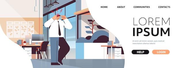 Uomo d'affari che soffre di mal di testa infiammazione dei muscoli concetto area infiammata dolorosa evidenziata in colore rosso ufficio interno orizzontale copia spazio illustrazione vettoriale a figura intera