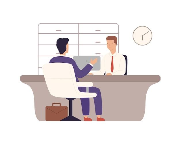 Uomo d'affari nel cliente del vestito della banca che si siede e che parla con il responsabile al reparto di credito isolato su bianco