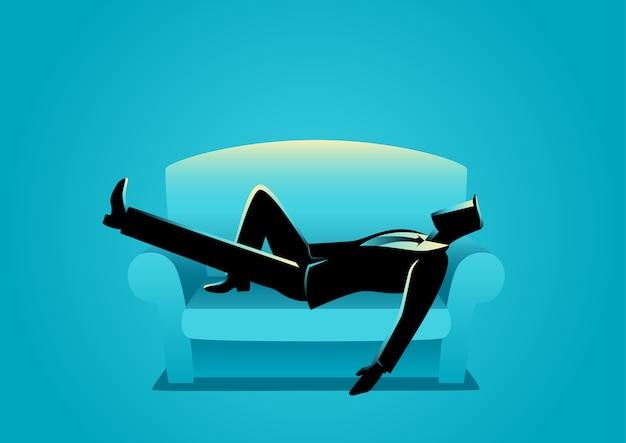 Uomo d'affari che cattura un pisolino sul sofà