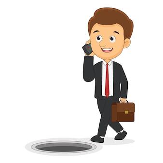 Uomo d'affari che parla al cellulare vicino a cadere in una trappola a tombino aperto