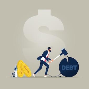 Uomo d'affari che cerca di distruggere la palla di ferro con una parola di debito che gli ha incatenato i piedi con un martello