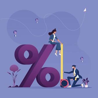 Uomo d'affari facendo uso della misura di nastro per misurare l'altezza del concetto finanziario di simbolo-affare di percentuale