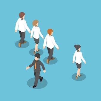 Uomo d'affari che cammina in modo diverso dalle altre persone