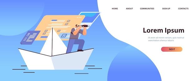 Uomo d'affari con un binocolo che galleggia su una barca di carta in cerca di una pagina di destinazione futura di successo