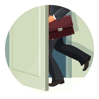 Uomo d'affari con valigetta in pelle esce velocemente attraverso la porta. il personaggio maschile in tuta lascia spazio. l'essere umano va via con la borsa isolata.