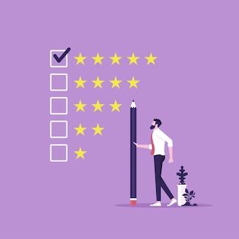 L'uomo d'affari con la matita e dà 5 stelle dà valutazione e feedback delle recensioni scelta del cliente
