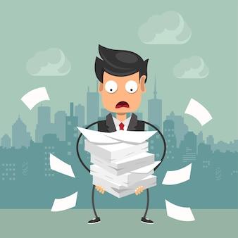 Uomo d'affari con un mucchio di carta, concetto di scadenza