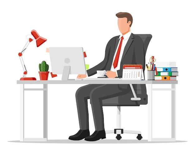 Uomo d'affari al lavoro. area di lavoro moderna dell'ufficio creativo. posto di lavoro con computer, lampada, orologio, libri, caffè, calendario, sedia, scrivania e cancelleria. scrivania con elementi aziendali. illustrazione vettoriale piatta