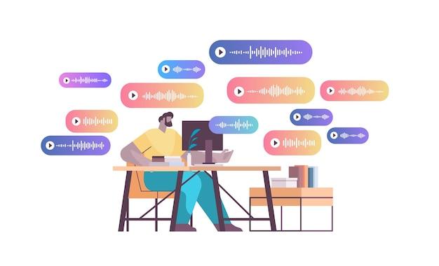 Uomo d'affari sul posto di lavoro comunicare in messaggistica istantanea tramite messaggi vocali applicazione di chat audio social media concetto di comunicazione online illustrazione vettoriale a figura intera orizzontale