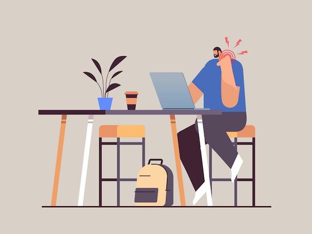 Uomo d'affari sul posto di lavoro che soffre di dolore al collo infiammazione dei muscoli concetto area infiammata dolorosa evidenziata in colore rosso illustrazione vettoriale a figura intera orizzontale