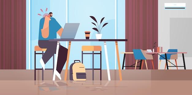Uomo d'affari sul posto di lavoro che soffre di dolore al collo infiammazione dei muscoli concetto area infiammata dolorosa evidenziata in colore rosso ufficio interno orizzontale a figura intera illustrazione vettoriale