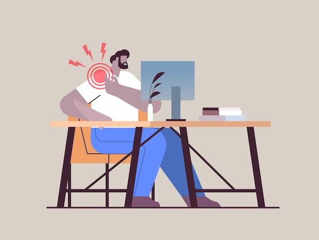 Uomo d'affari sul posto di lavoro che soffre di dolore alla spalla infiammazione dei muscoli concetto area infiammata dolorosa evidenziata in colore rosso illustrazione vettoriale a figura intera orizzontale