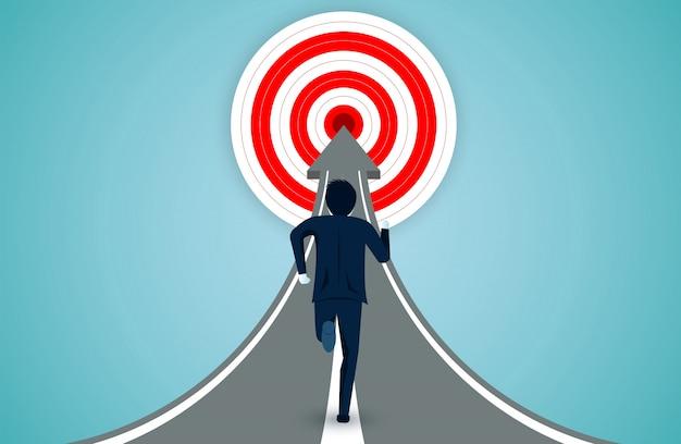 Gli uomini d'affari stanno correndo sulla freccia verso l'obiettivo del cerchio rosso