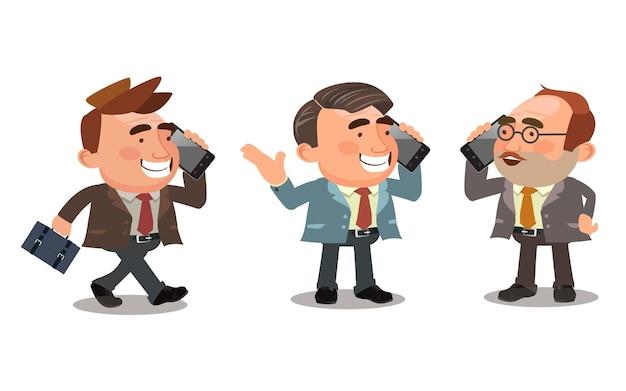 Gli uomini d'affari stanno parlando al telefono in diverse pose