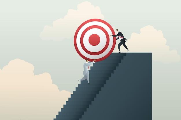 Gli uomini d'affari lavorano insieme per raggiungere i loro obiettivi di business
