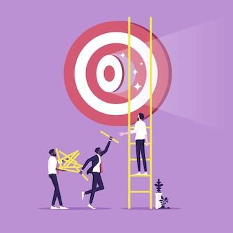 Uomini d'affari che lavorano in squadra per costruire una scala per raggiungere l'obiettivo simbolo del lavoro di squadra e del successo