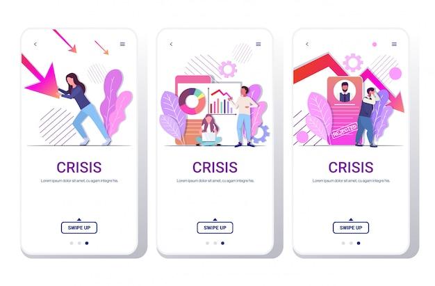 Persone di affari che analizzano i grafici discendenti frustrati circa la freccia economica che cade fallimento di crisi finanziaria concetto rifiutato schermi telefonici app mobile raccolta orizzontale