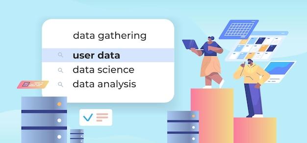 Imprenditori che scelgono i dati utente nella barra di ricerca sullo schermo virtuale concetto di rete internet orizzontale figura intera illustrazione