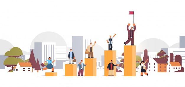 Persone di affari che scalano uomo d'affari finanziario dell'istogramma con la bandiera sopra l'orizzontale piano integrale di lunghezza di concetto di successo di paesaggio urbano di vittoria della scala di carriera