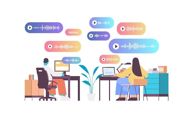 Gli imprenditori comunicano in messaggistica istantanea tramite messaggi vocali applicazione di chat audio social media concetto di comunicazione online orizzontale figura intera illustrazione vettoriale