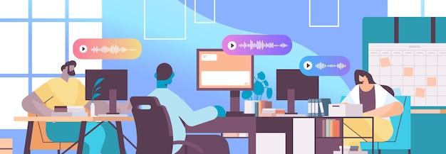 Imprenditori comunicano in messaggistica istantanea tramite messaggi vocali applicazione di chat audio social media concetto di comunicazione online illustrazione vettoriale ritratto orizzontale
