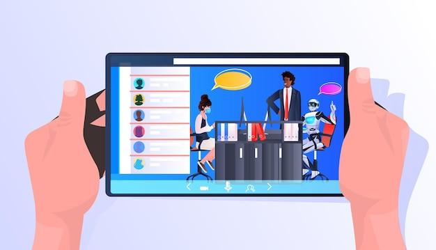 Persone d'affari che discutono con il robot durante la riunione sull'intelligenza artificiale della comunicazione della bolla di chat dello schermo del tablet