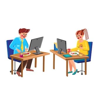 Gli imprenditori mangiano alla scrivania e vettore di lavoro. impiegati d'ufficio di giovane uomo e donna che mangiano cibo alla scrivania e guardano il monitor del computer. personaggi dipendenti cena piatto fumetto illustrazione