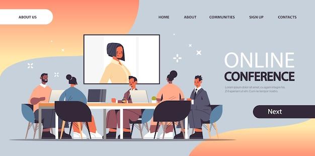 Imprenditori che hanno conferenza in linea mix gara uomini d'affari che discutono con imprenditrice durante la videochiamata a figura intera copia spazio illustrazione