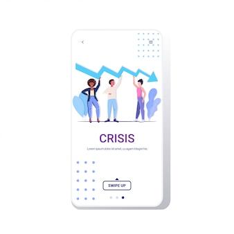 Squadra di uomini d'affari frustrati per la freccia economica che cade crisi finanziaria in bancarotta concetto di rischio di investimento uomini d'affari in possesso di grafico verso il basso telefono schermo mobile app integrale