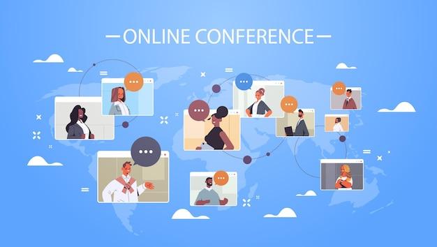 Imprenditori nelle finestre del browser web discutendo durante la conferenza internazionale in linea aziendale mix gara lavorando per videochiamata di gruppo mappa del mondo illustrazione dello sfondo