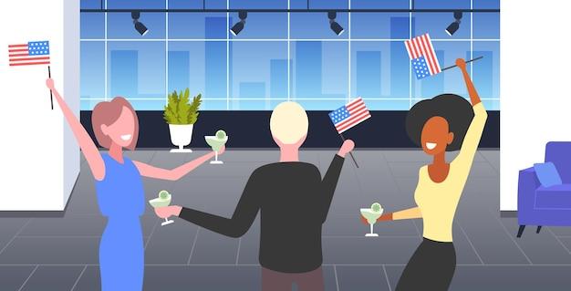 Uomini d'affari con bandiere usa che celebrano, celebrazione del giorno dell'indipendenza americana del 4 luglio.