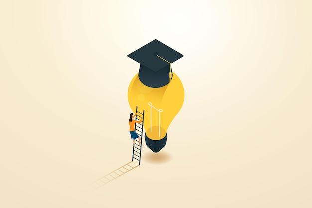 Imprenditrice salendo una scala su una lampadina luminosa e un cappello di laurea