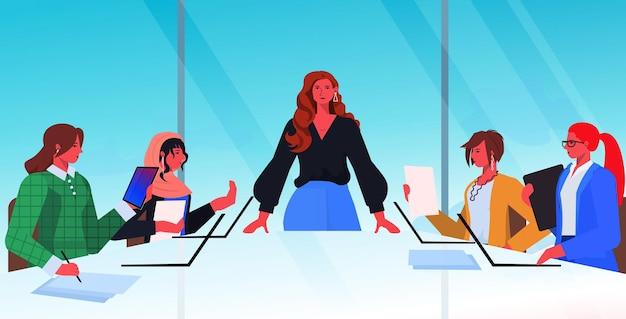 Imprenditrice leader discutendo con uomini d'affari durante la conferenza riunione concetto di lavoro di squadra moderno ufficio interno ritratto orizzontale illustrazione vettoriale