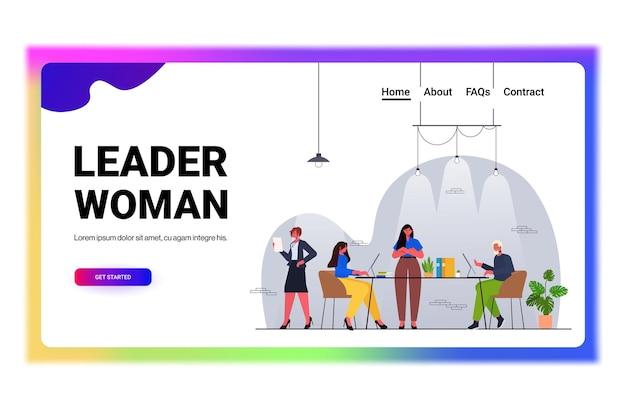 Imprenditrice leader lavorando con uomini d'affari squadra concetto di lavoro di squadra ufficio moderno interno orizzontale figura intera illustrazione vettoriale