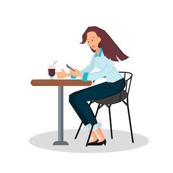 Donna d'affari seduta su una sedia a una scrivania sta guardando lo smartphone e beve caffè