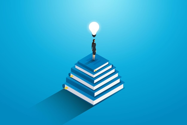 Imprenditrice in piedi sopra una pila di libri con una lampadina