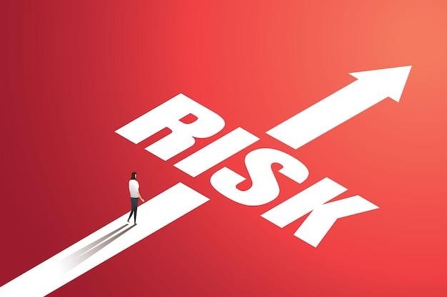 La donna d'affari cammina attraverso i rischi nel suo viaggio d'affari