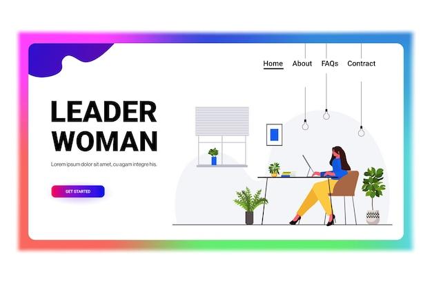 Imprenditrice lavorando su computer donna d'affari seduto al posto di lavoro moderno ufficio interno orizzontale figura intera illustrazione vettoriale