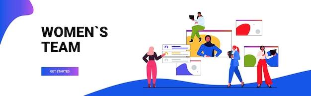Donne di affari che hanno riunione in linea della conferenza donne d'affari che discutono durante la videochiamata con la donna leader nell'illustrazione vettoriale orizzontale della finestra del browser web