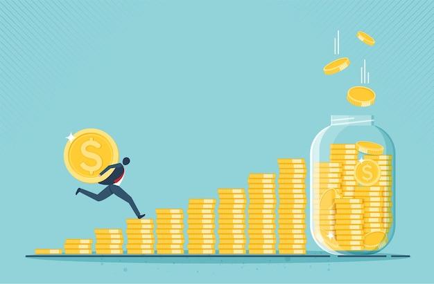 Uomo d'affari corre per soldi barattolo di vetro pieno di monete d'oro crescita reddito risparmio investimento