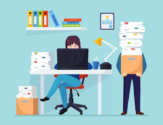 Uomo d'affari occupato con la pila di documenti in cartone