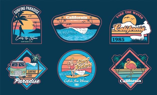 Vacanze estive in california, con onde, surfista, palme e set di emblemi di frasi alla moda