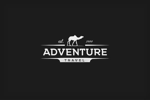 Logo retrò di concetto di viaggio avventura cammello