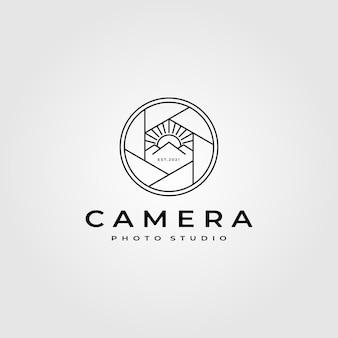 Logo di fotografia dell'obiettivo della fotocamera con design di montagna della natura