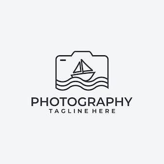 Macchina fotografica e barca a vela, idea di logo di fotografia,