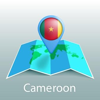Mappa del mondo di bandiera del camerun nel pin con il nome del paese su sfondo grigio